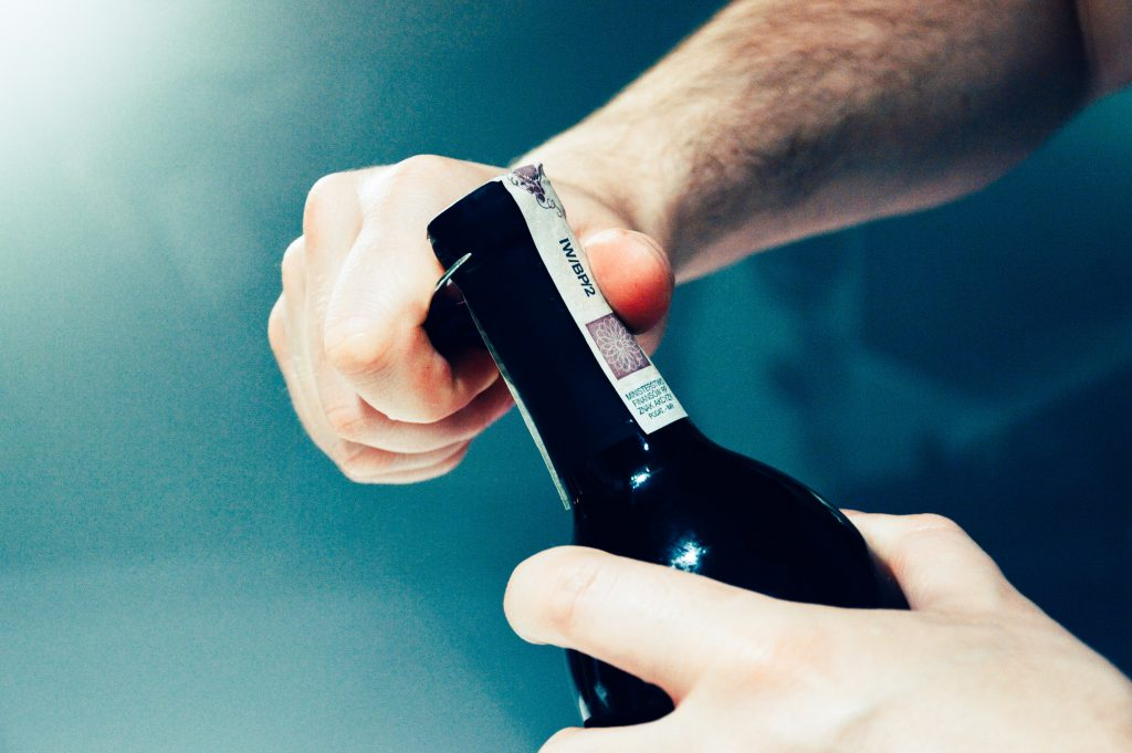 Otvorte fľašu vína takto a budete za profíka